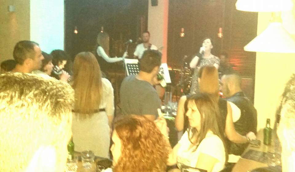 Με τους «The  Bahalows» διασκέδασαν το βράδυ του Σαββάτου, 21 Μαΐου, στο The mind bar στην Κοζάνη