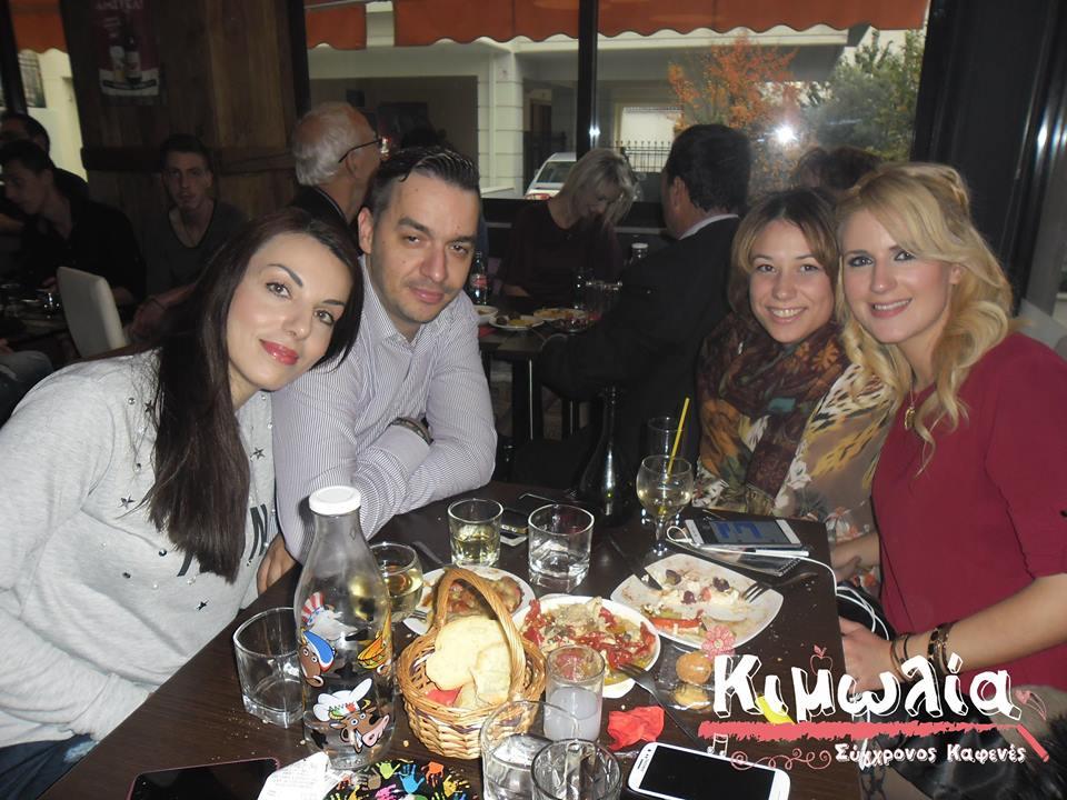Με έντεχνα και λαϊκά τραγούδια, διασκέδασαν μετά την παρέλαση της 28ης Οκτωβρίου, στον καφενέ «Κιμωλία» στην Κοζάνη