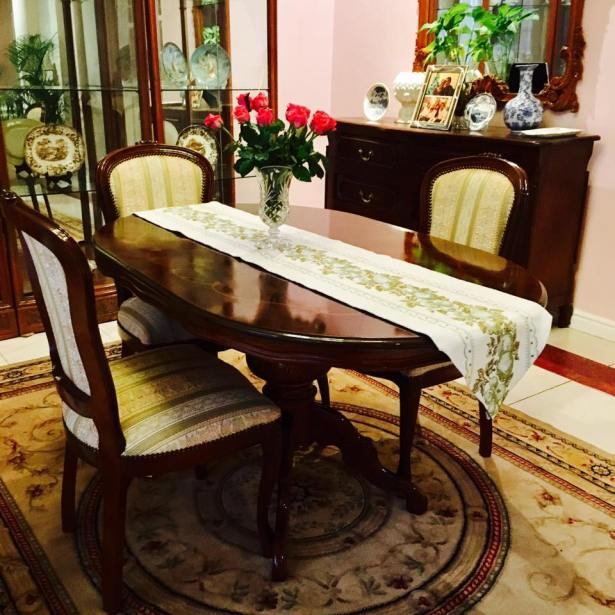 This is that oval dining table with only three chairs. It's quite small but really cute, don't you think so?