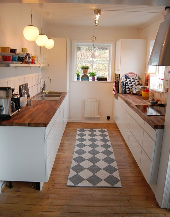 Tiny kitchen decor and remodeling ideas we love diy for Small kitchen setup