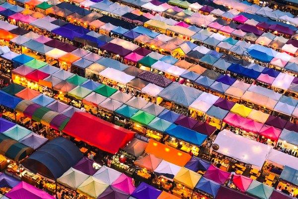 Ночной рынок в Бангкоке от Lisheng Chang через Unsplash