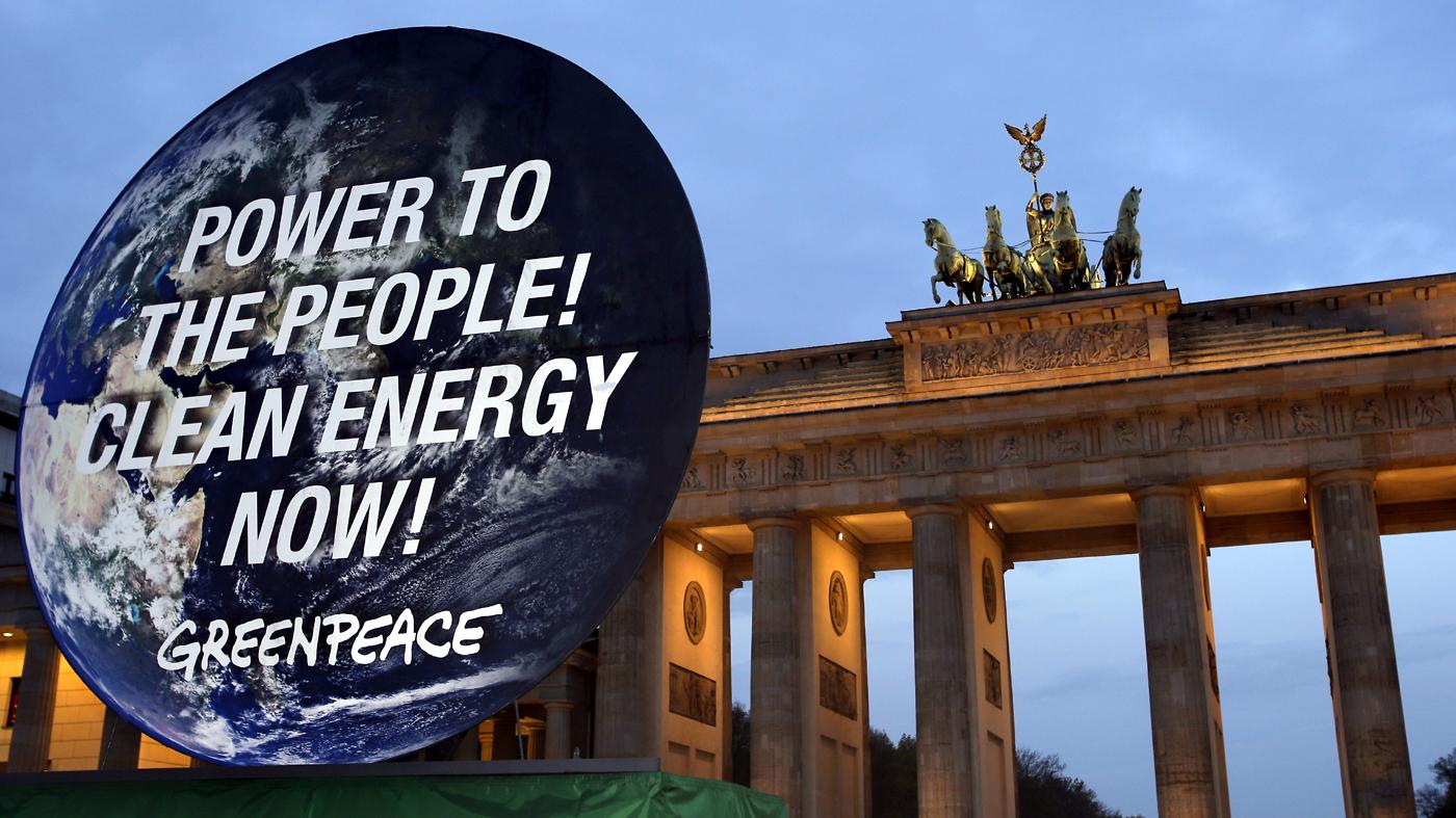 Manifestação do Greenpeace em favor de energia limpa diante do Portão de Brandemburgo, em Berlim (AP Photo/Michael Sohn)
