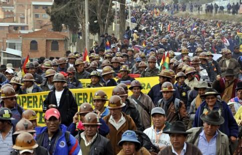 Trabalhadores celebram Dia da Descolonização, instituído em 2011. Ao descartar, com sucesso, políticas desejadas por mercados financeiros, país revela espaço para alternativas