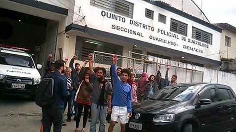 Libertados, estudantes de Guarulhos protestam diante do 1º D.P. da cidade