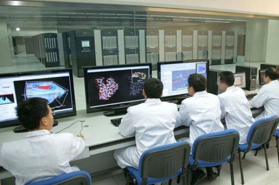 Cientistas chineses controlam o Sunway TaihuLight, mais poderoso supercomputador do mundo, no Centro de Supercomputadores de Wixi