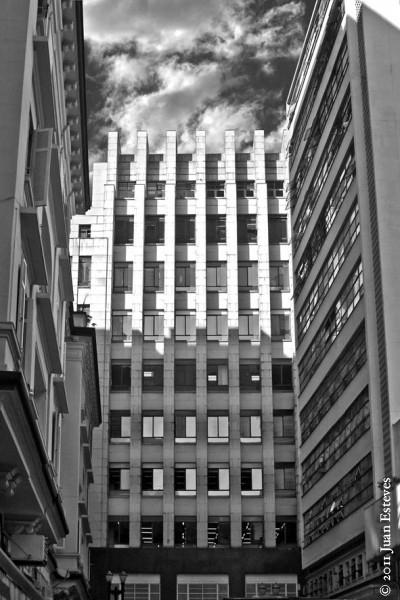 """Edifício da Telesp no centro de São Paulo -- um dos milhares de imóveis que compõem o pacote de doações dos senadores às """"téles"""""""