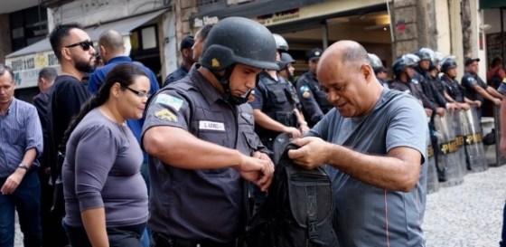 170523_pms-revistam-manifestantes-no-entorno-da-alerj-1495648237210_615x300