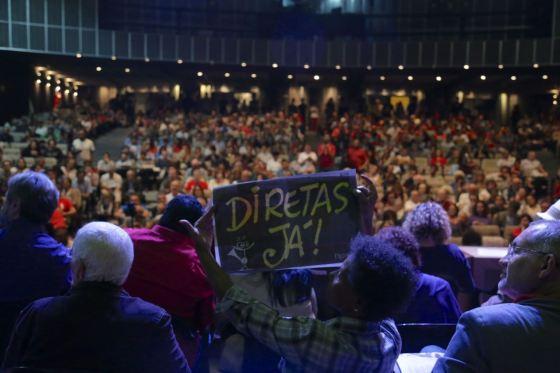 São Paulo, 29/5: público presente ao lançamento do Programa Popular de Emergência pede Diretas-Já