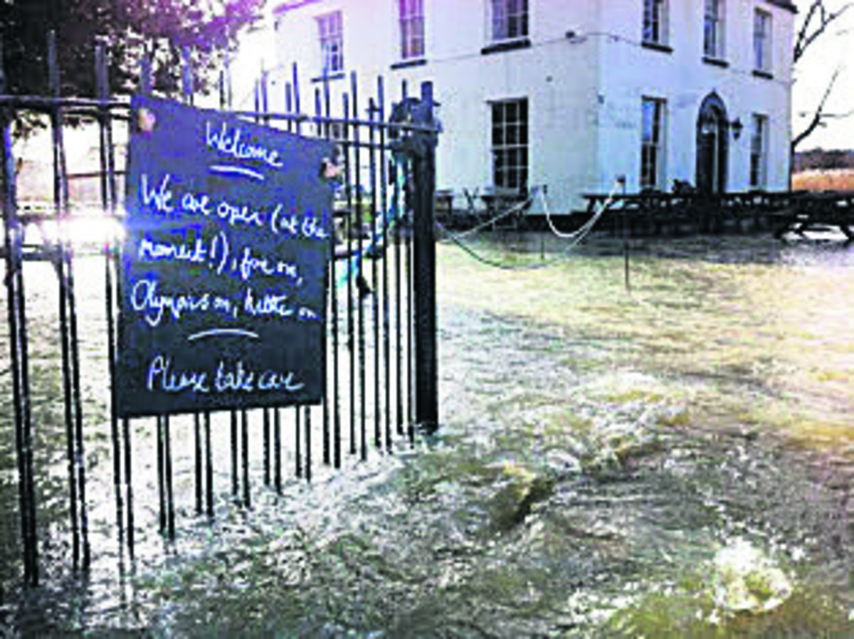 Isis Farmhouse Oxford Flooding Isis Farm House Pub Closes Early As River Levels Rise