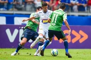 Arrascaeta, do Cruzeiro, tenta passar pela marcação dos jogadores do Fluminense