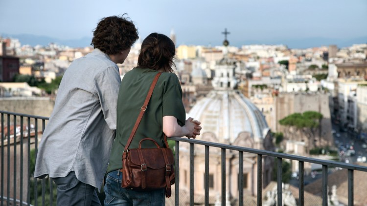 Jesse Eisenberg og Ellen Page skuer ut over den evige by i To Rome With Love (Foto: Scanbox).