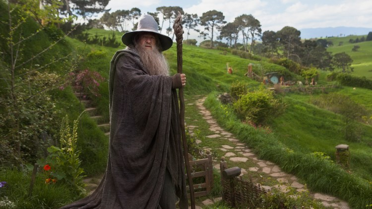Ian McKellen spiller selvsagt Gandalf i Hobbiten: En uventet reise (Foto: Metro-Goldwyn-Mayer Pictures Inc. og New Line Productions, Inc./ Foto: James Fisher).