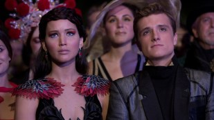 Jennifer Lawrence (Katniss) og Josh Hutcherson (Peeta) er sminket til fest i The Hunger Games: Catching Fire