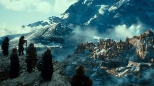 Følget ser den ødelagte byen Dal i Hobbiten: Smaugs ødemark (Foto: SF Norge).