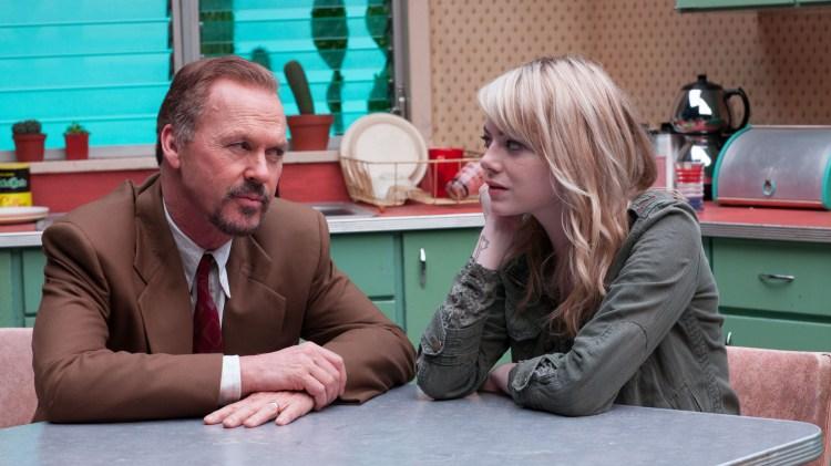 Riggan (Michael Keaton) får besøk av datteren Sam (Emma Stone) på teaterprøve i Birdman (Foto: 20th Century Fox).
