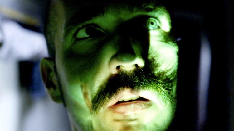En del av filmen projiseres på annsiktet til Helge Risa. (Foto: Tour de Force)
