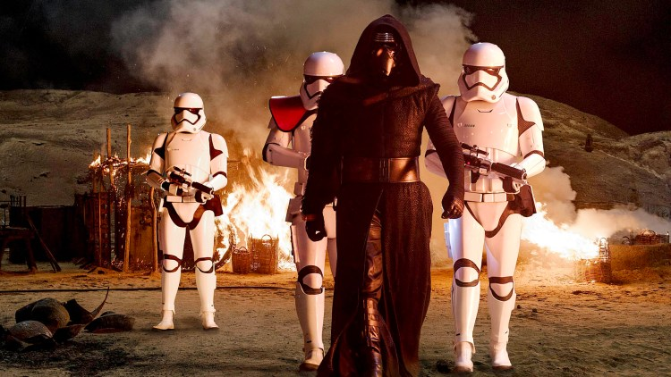 Kylo Ren (Adam Driver) er en ond kraft i Star Wars: The Force Awakens (Foto: © Lucasfilm Ltd. & TM. All rights reserved.).