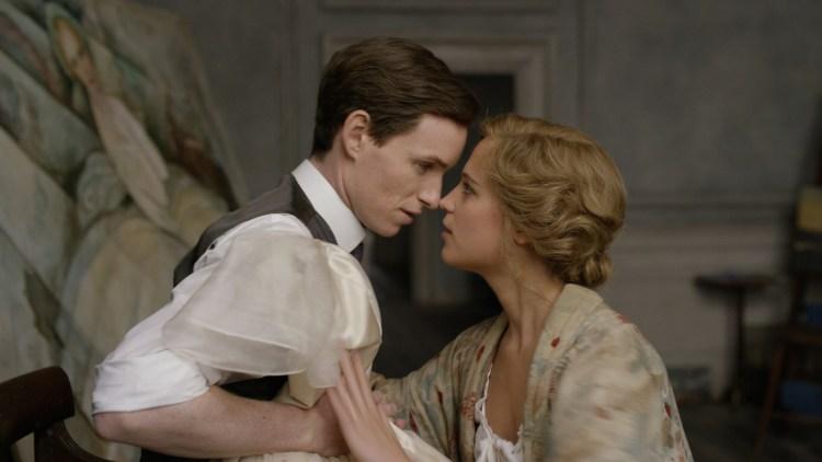 Einar/Lili (Eddie Redmayne) og Gerda (Alicia Vikander) får ekteskapet satt på prøve i Den danske piken (Foto: United International Pictures).