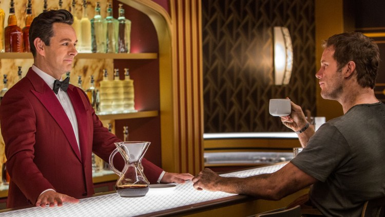 Robotbartenderen Arthur (Michael Sheen) underholder Jim (Chris Pratt) i Passengers. (Foto: United International Pictures)