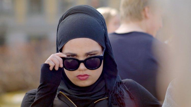 Dette er bare et bilde av Sana. VI VET IKKE HVEM DET KOMMER TIL Å HANDLE OM I SKAM S04!!! (Foto: NRK P3)