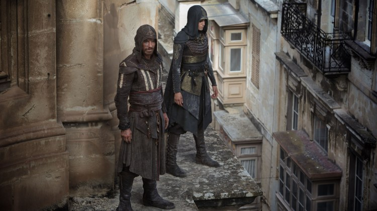 Assassinerne Aguilar (Michael Fassbender) og Maria (Ariana Labed) i Assassin ' s Creed. (Foto: 20th Century Fox)