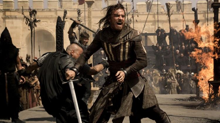 Aguilar (Michael Fassbender) stjeler Edens eple i 1492 i Assassin's Creed. (Foto: 20th Century Fox)