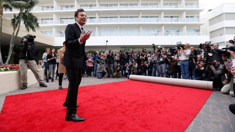Jimmy Fallon er ute og tester den røde løperen til den 74, Golden Globe-utdelingen. (Foto: REUTERS/Mario Anzuoni, NTBScanpix))