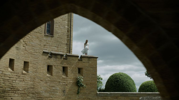 Gore Verbinski lesser på med sjangerklisjeene fra både skrekk- og thrillerkassen. Her representert med ung sart kvinne på kant av mur. (Foto: Twentieth Century Fox Norway)
