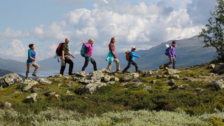 Karsten og Petra–Ut på tur er en naturskjønn, men forglemmelig fjelltur i flatt terreng. (Foto: Cinenord / Sharing)