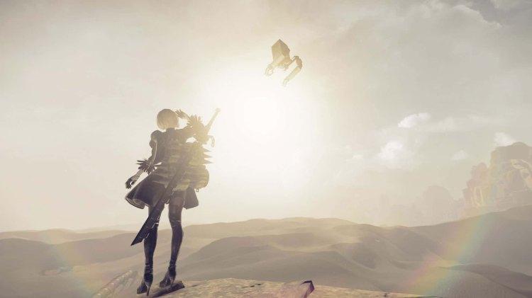 """Kun utstyrt med sin trofaste """"Pod"""" og et knippe venner må 2B redde verden. (Foto: Square Enix)"""