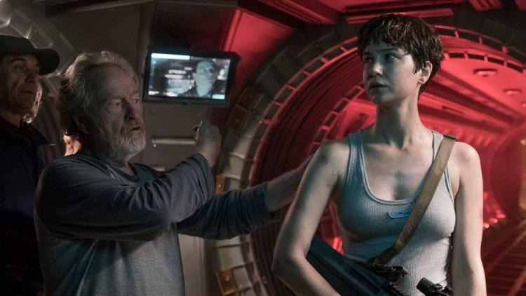 """Regissør Ridley Scott instruerer Katherine Waterston under innspillingen av """"Alien: Covenant"""" (Foto: 20th Century Fox)"""