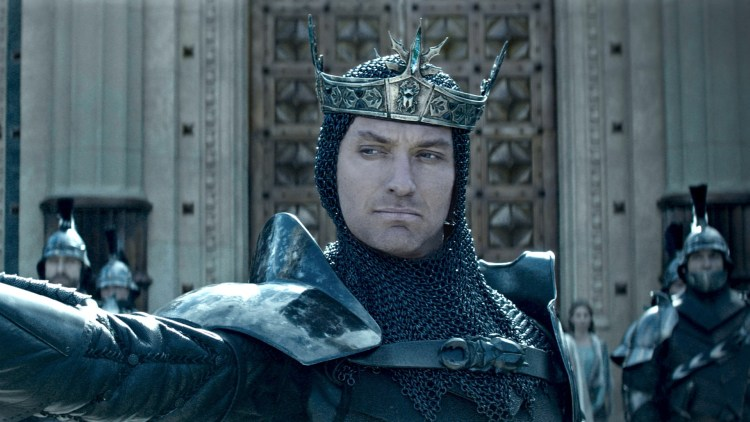 "Kong Vortigern (Jude Law) har urettmessig besteget tronen i ""King Arthur: Legend of the Sword"". (Foto: SF Studios)"
