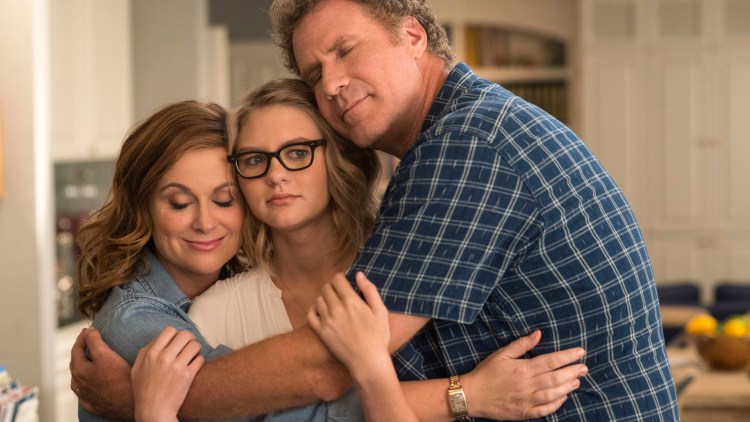 "Kate (Amy Poehler) og Scott (Will Ferrell) forsøker å finansiere college for datteren Alex (Ryan Simpkins) i ""The House"". (Foto: SF Studios)"