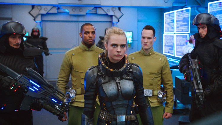 "Laureline (Cara Delevingne) i blinkende sci-fi-drakt i ""Valerian and the City of a Thousand Planets"". (Foto: United International Pictures)"