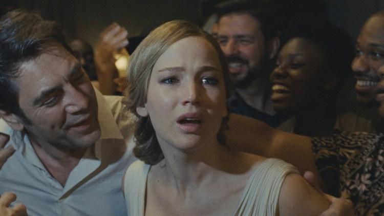 """Det blir trangt rundt Javier Bardem og Jennifer Lawrence i """"Mother!"""" (Foto: United International Pictures)"""
