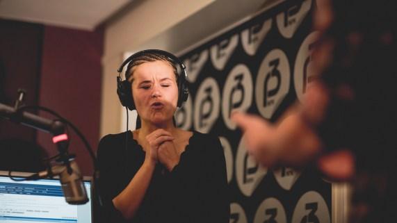 Live er klar for å møte tarantellen Live. Foto: Kim Erlandsen, NRK P3
