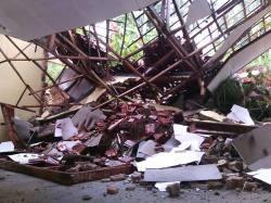 Sebuah sekolah tertimpa tanah longsor di Kebonagung, Pacitan. (Foto : Arif Sasono)