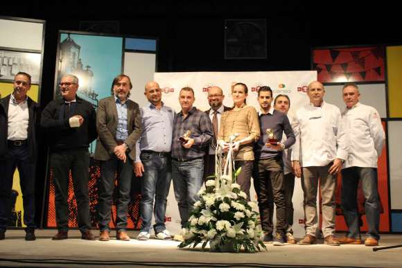 Foto familia: autoridades y premiados en la Gala Cacau D'Or 2016