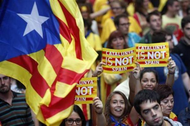 "Separatist protesters hold up placards as they demonstrate during ""Diada de Catalunya"" (Catalunya's National Day) in central Barcelona, September 11, 2013. REUTERS/Albert Gea"
