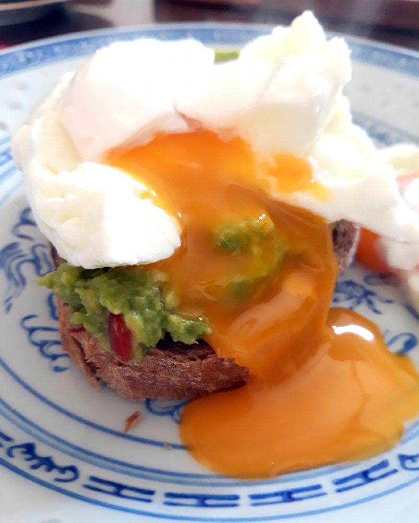 Pochierte Eier Auf Avocado Broetchen Poached Eggs On Avocado Bread Pane Bistecca