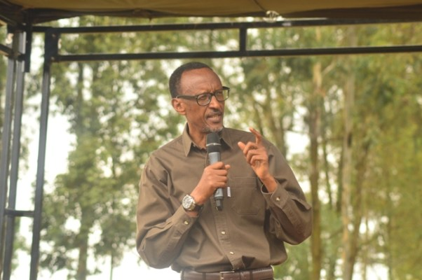 Perezida Paul Kagame aganira n'abaturage nyuma y'Umuganda