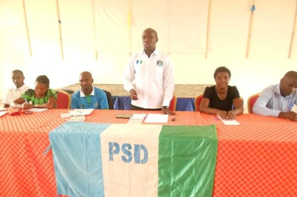 Depite Niyonsenga Theodomir, Umunyamabanga wungirije ushinzwe urubyiruko muri PSD, atanga ikiganiro i Kayonza ku bijyanye n'amakoperative. (Photo/R.A)