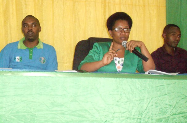 Depite Nyiragwaneza Athanasie, uyobora PSD mu karere ka Rwamagana, atanga ikiganiro ku miyoborere n'imicungire y'amakoperative. (Photo/R.A)