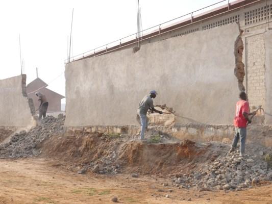 Abakozi bishyurwa n'Umujyi wa Kigali bari mu kazi ko gusenya. (Photo/RRA)