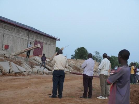 Abakozi b'Umujyi wa Kigali bahagarikiye ibikorwa byo gusenya uruganda. (Photo/RRA)