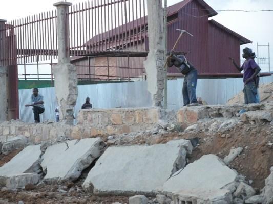 Uretse no kuba uru rukuta rwubatse mu muhanda Umujyi wa Kigali uvuga ko abarwubatse banarengereye abaturanyi. (Photo/RRA)