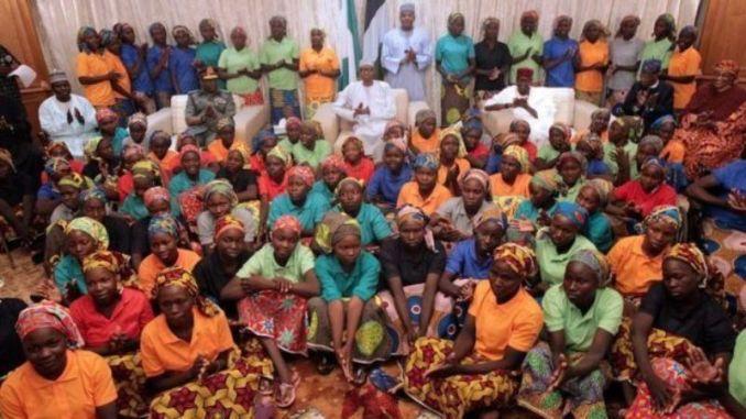 Perezida Buhari yasuye abakobwa barekuwe na Boko Haramu (photo/Courtesy)