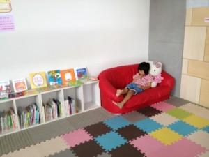 ソファで、ゆったり親子で快適南郷図書館だよ〜