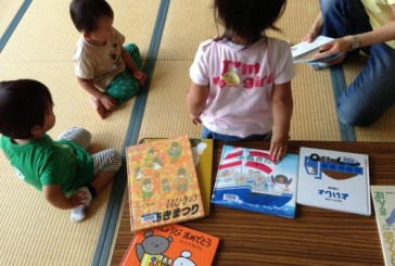 絵本カフェ、見つけた!ママの集まりに絵本読み、いいね。