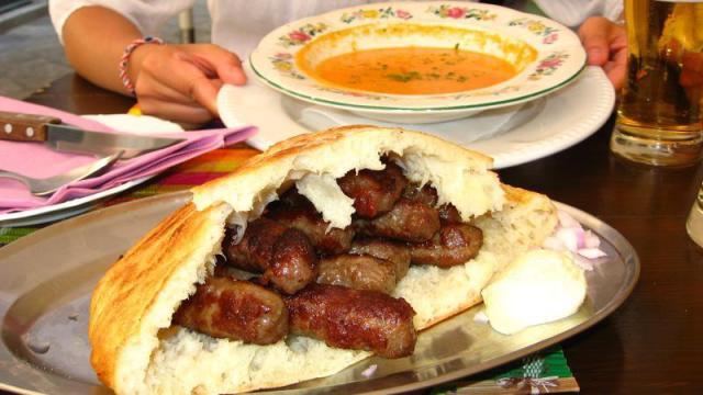 Σέρβικο Cevapi και σούπα από λαχανικά με ζωμό από κρέας.